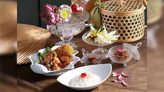 สำรับข้าวแช่ตำรับ Khao ชูเครื่องเคียงพิเศษประจำปี 'ม้าอ้วน'