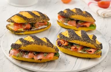 ขนมปังขมิ้นและเมล็ดป๊อปปี้ ไส้ปลาแซลมอนรมควัน เบเกอรีแสนอร่อย
