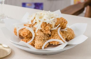 ไก่ทอดสโนว์ออนเนียนหรือไก่ทอดซอสหัวหอม รสเข้มข้น