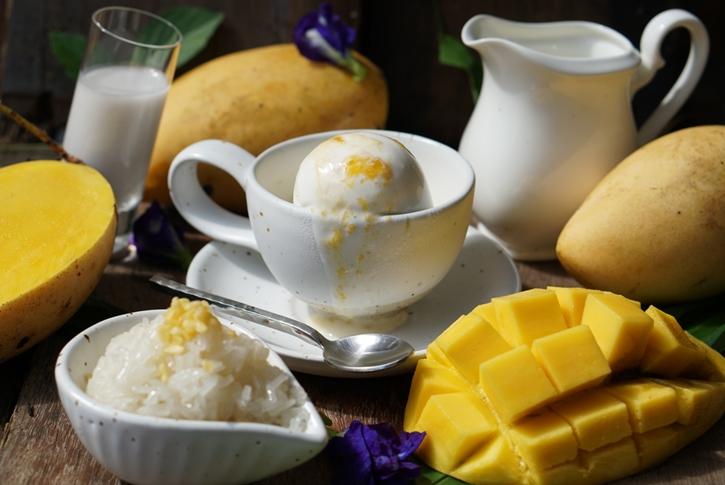 ไอศกรีมข้าวเหนียวมะม่วงน้ำดอกไม้