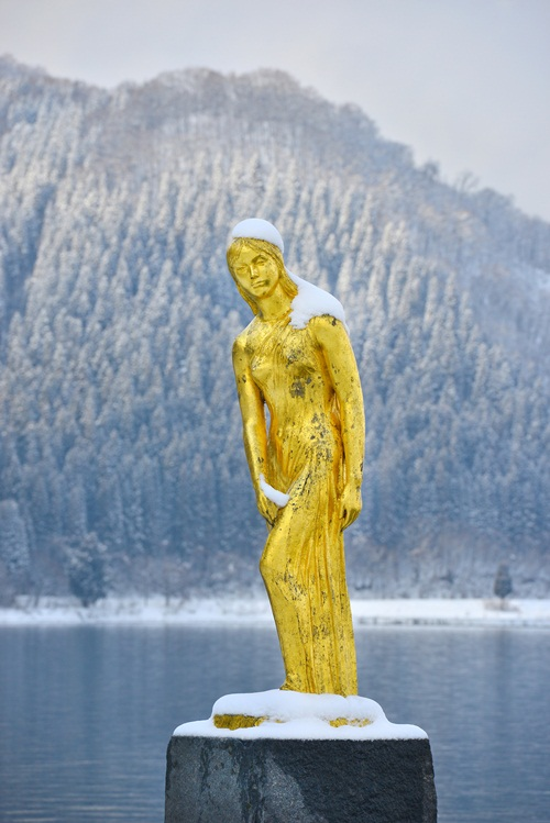 ทะเลสาบทาซาวะมีรูปปั้นสีทองของเจ้าหญิง Tatsuko