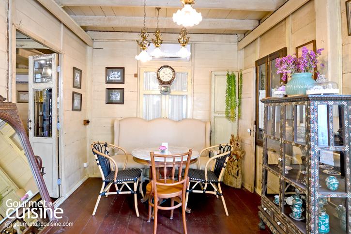 """""""บ้านขนมปังขิง"""" คาเฟ่สวยแสนรื่นรมย์ที่ซ่อนตัวอยู่ในบ้านเก่าอายุ 106 ปี แห่งเสาชิงช้า"""