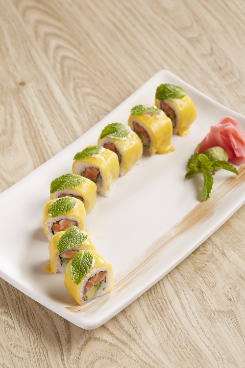 ลิ้มลองเมนูพิเศษที่บรรจงรังสรรค์โดยเชฟชาวญี่ปุ่นกับซูชิโรลออร่าคิงแซลมอน ที่ห้องอาหารคิซาระ