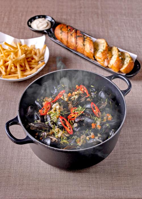 ห้องอาหาร อัพ แอนด์ อะบัฟ นำเข้าหอยแมลงภู่ชั้นดีจากทะเลวาดเดน (Wadden Sea) มาปรุงเป็นเมนูพิเศษ