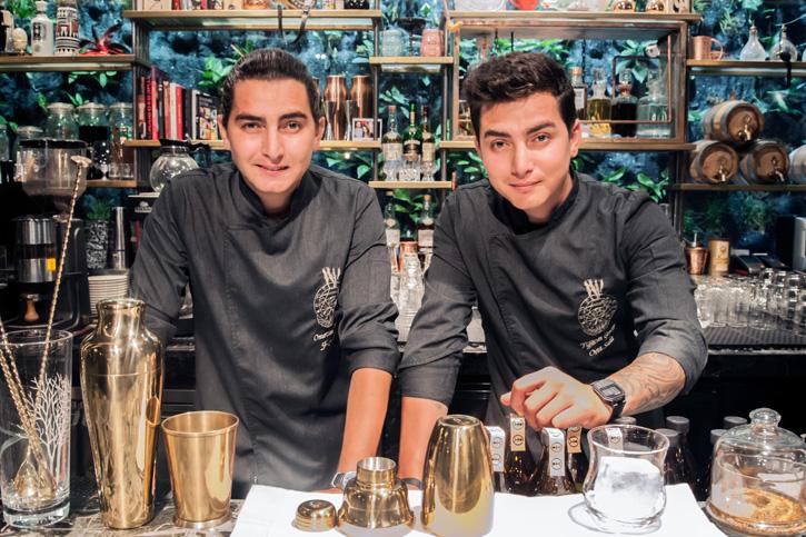 """โรงแรมแชงกรี-ลา กรุงเทพฯ ภูมิใจนำเสนอ """"เดอะ ทวินส์ ค็อกเทล แล็บ"""" รังสรรค์โดย คู่แฝดมิกโซโลจิสต์หนุ่มไฟแรงชาวตุรกี ณ เดอะ ลอง บาร์"""
