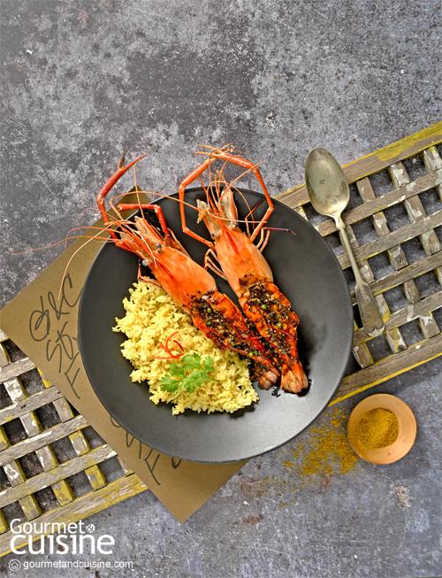 กุ้งแม่น้ำซอสพริกไทยดำกับข้าวผัดผงกะหรี่