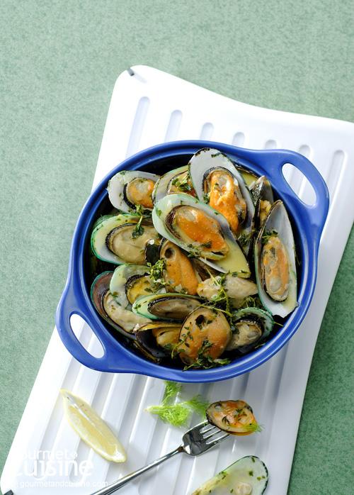 4. หอยแมลงภู่อบไวน์ขาว (Moules a La Mariniere)