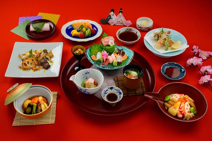 อาหารชุดพิเศษเพื่อร่วมฉลองเทศกาลวันเด็กผู้หญิงของประเทศญี่ปุ่นที่ห้องอาหาร ยามาซาโตะ