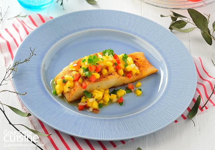 ปลากะพงย่างกับซัลซามะม่วงและพริกฮาลาเปโย