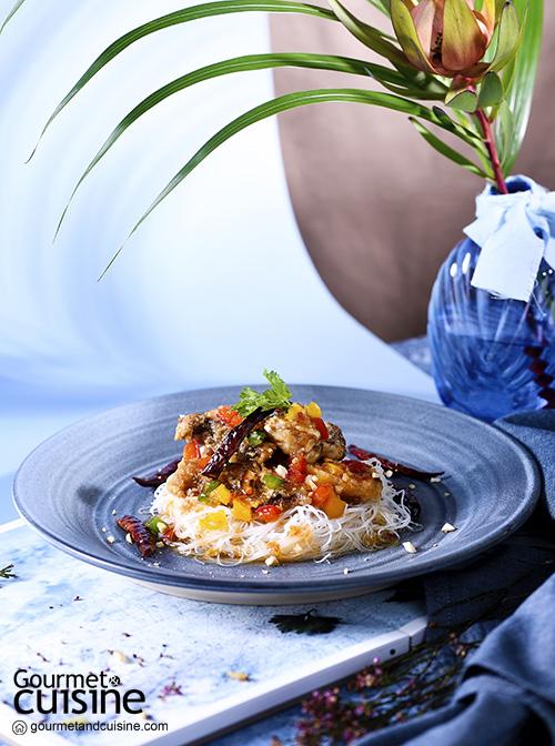 ปลาแปซิฟิกโอเชียนเพิร์ชราดพริกกับเส้นหมี่