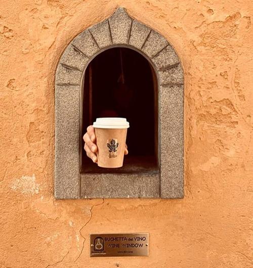 """คนอิตาลีกลับมาใช้ """"หน้าต่างไวน์"""" ในคตวรรษที่ 17 เพื่อขายอาหารและเครื่องดื่ม"""