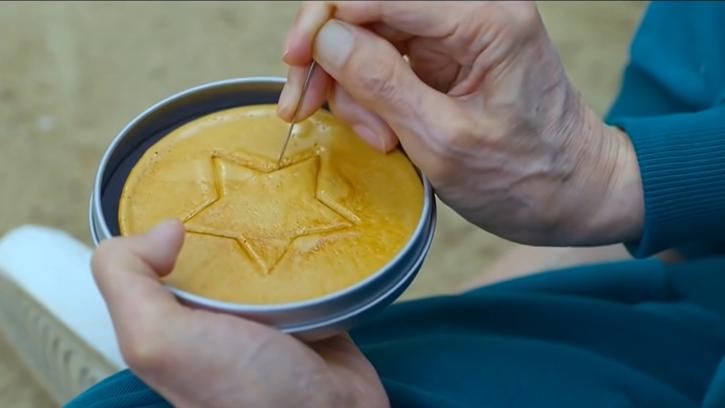 ทำความรู้จัก Dalgona ขนมน้ำตาลแผ่นเกาหลี หนึ่งในเกมลุ้นตายจากซีรีส์ Squid Game