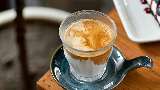 """""""Remedy Coffee Roastery"""" จิบกาแฟดีเยียวยาหัวใจในคาเฟ่น่านั่งแห่งถนนดำรงรักษ์"""